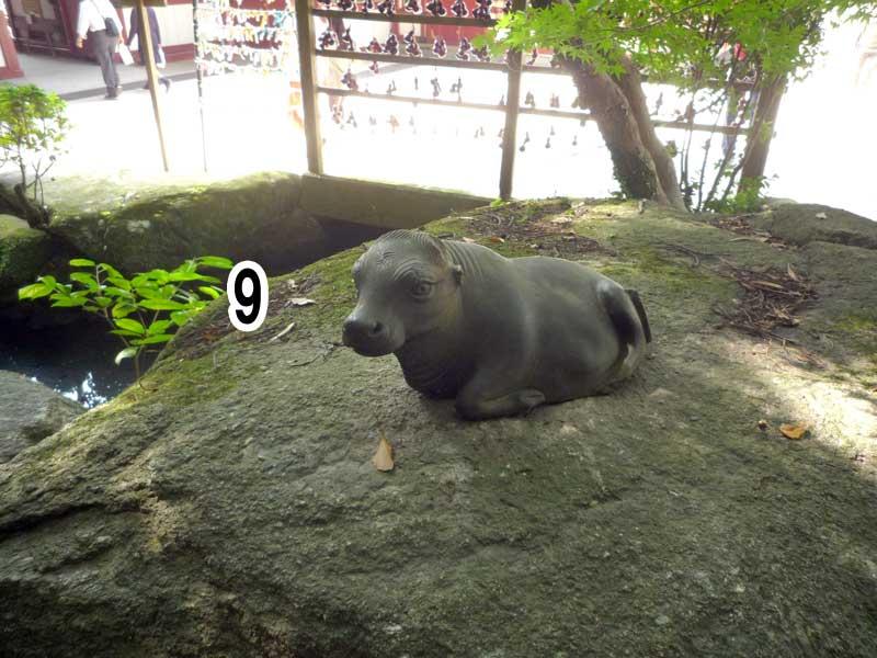 誠の滝の岩の上の御神牛