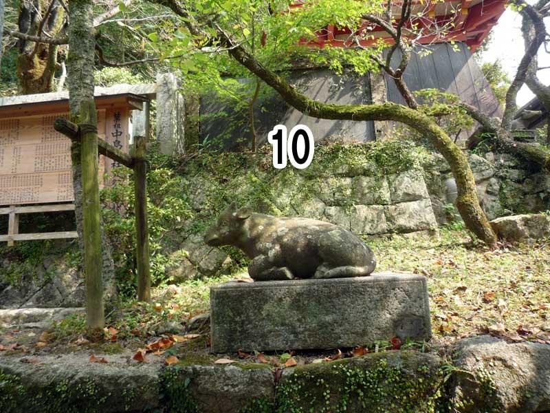 中島神社脇の御神牛