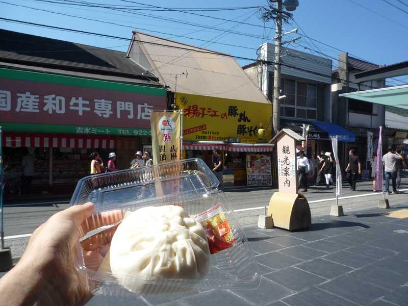 揚子江の豚まんを太宰府館前で食べる